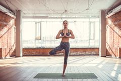 Chica joven en una clase de la yoga Imágenes de archivo libres de regalías