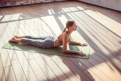 Chica joven en una clase de la yoga Imagen de archivo