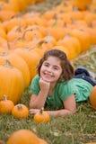 Chica joven en una corrección de la calabaza Imagen de archivo libre de regalías