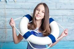 Chica joven en una cuerda de salvamento vestida vestido rayado Imágenes de archivo libres de regalías