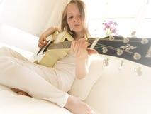 Chica joven en una guitarra acústica 6 Foto de archivo