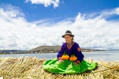 Chica joven en una isla flotante de Uros, Titicaca Imagen de archivo libre de regalías
