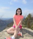 Chica joven en una pista de senderismo imagenes de archivo