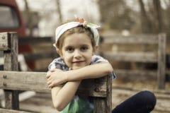 Chica joven en una plataforma del camión de madera Fotografía de archivo libre de regalías