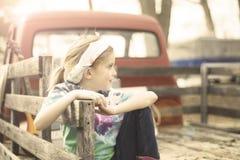 Chica joven en una plataforma del camión de madera Foto de archivo