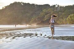 Chica joven en una playa. Fotos de archivo