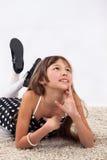 Chica joven en piso Fotografía de archivo libre de regalías