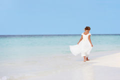 Chica joven en vestido de la dama de honor que camina en la playa hermosa Fotos de archivo libres de regalías
