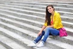 Chica joven en vestido de la moda al aire libre Fotos de archivo libres de regalías