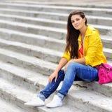 Chica joven en vestido de la moda al aire libre Fotografía de archivo libre de regalías