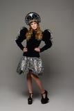 Chica joven en vestido del th del estilo ruso Foto de archivo