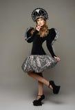 Chica joven en vestido del th del estilo ruso Fotos de archivo