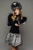 Chica joven en vestido del th del estilo ruso Fotos de archivo libres de regalías