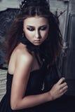 Chica joven en vestido gótico con la rosa del negro Imágenes de archivo libres de regalías