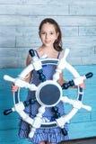 Chica joven en vestido rayado con el volante Foto de archivo