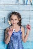 Chica joven en vestido rayado con la red marina Foto de archivo libre de regalías