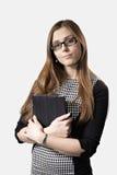 Chica joven en vidrios con un Tablet PC Fotografía de archivo