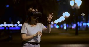 Chica joven en vidrios de la realidad virtual en una metr?poli grande almacen de metraje de vídeo