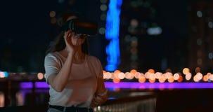 Chica joven en vidrios de la realidad virtual en una metr?poli grande metrajes