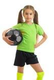Chica joven encantadora en camisa verde con la bola en manos Imagen de archivo