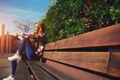 Chica joven encantadora que se relaja en el parque de la primavera Fotografía de archivo