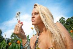 Chica joven encantadora que se relaja en un prado Imagenes de archivo
