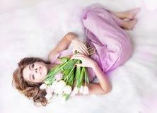 Chica joven encantadora romántica con el manojo de tulipanes imagen de archivo libre de regalías