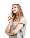 Chica joven encantadora y bonita con un pelo largo y rubio con un teléfono móvil, aislado en un fondo blanco Fotos de archivo libres de regalías