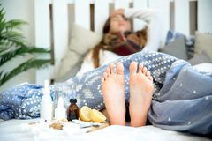 Chica joven enferma con fiebre que pasa tiempo en casa foto de archivo libre de regalías