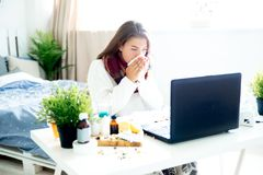 Chica joven enferma con fiebre que pasa tiempo en casa fotografía de archivo