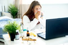 Chica joven enferma con fiebre que pasa tiempo en casa imágenes de archivo libres de regalías