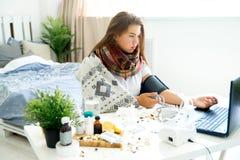 Chica joven enferma con fiebre que pasa tiempo en casa foto de archivo