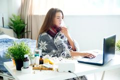 Chica joven enferma con fiebre que pasa tiempo en casa fotografía de archivo libre de regalías