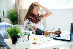 Chica joven enferma con fiebre que pasa tiempo en casa fotos de archivo libres de regalías