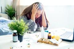 Chica joven enferma con fiebre que pasa tiempo en casa fotos de archivo