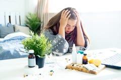 Chica joven enferma con fiebre que pasa tiempo en casa imagen de archivo libre de regalías
