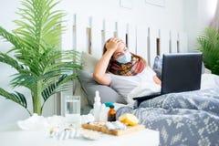 Chica joven enferma con fiebre que pasa tiempo en casa imagen de archivo