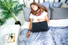 Chica joven enferma con fiebre que pasa tiempo en casa imagenes de archivo