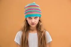 Chica joven enojada en el sombrero que mira la cámara con odio Fotos de archivo libres de regalías