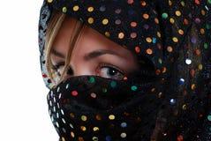 Chica joven envuelta en una bufanda Imagen de archivo