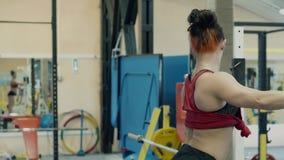 Chica joven, estructura atl?tica, entrenando en el gimnasio Ella entrena a los m?sculos del becerro metrajes