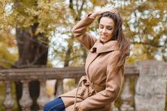 Chica joven feliz con el pelo largo que camina en el parque Foto de archivo