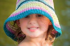 Chica joven feliz con el sombrero del sol Imagen de archivo libre de regalías