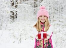 Chica joven feliz con la caja de regalo roja Fotos de archivo libres de regalías