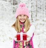Chica joven feliz con la caja de regalo roja Fotografía de archivo