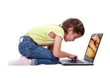 Chica joven feliz con la computadora portátil Fotografía de archivo libre de regalías
