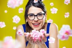 Chica joven feliz con las flores Fotografía de archivo libre de regalías