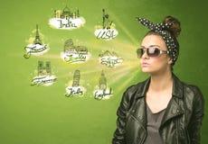 Chica joven feliz con las gafas de sol que viajan a las ciudades alrededor de Imagen de archivo