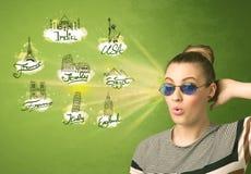 Chica joven feliz con las gafas de sol que viajan a las ciudades alrededor de Fotos de archivo