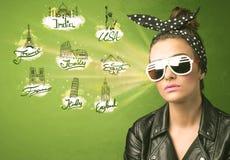 Chica joven feliz con las gafas de sol que viajan a las ciudades alrededor de Fotografía de archivo libre de regalías